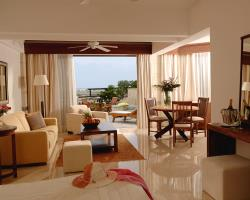 Coral Beach Hotel and Resort Studio Suite With Pool