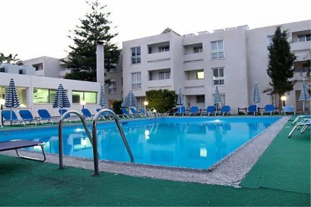 Pool & hotel 2