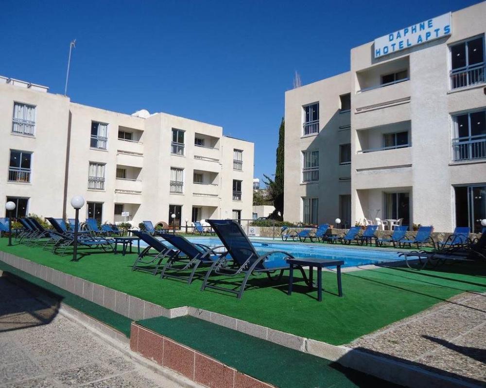 Pool & hotel 3