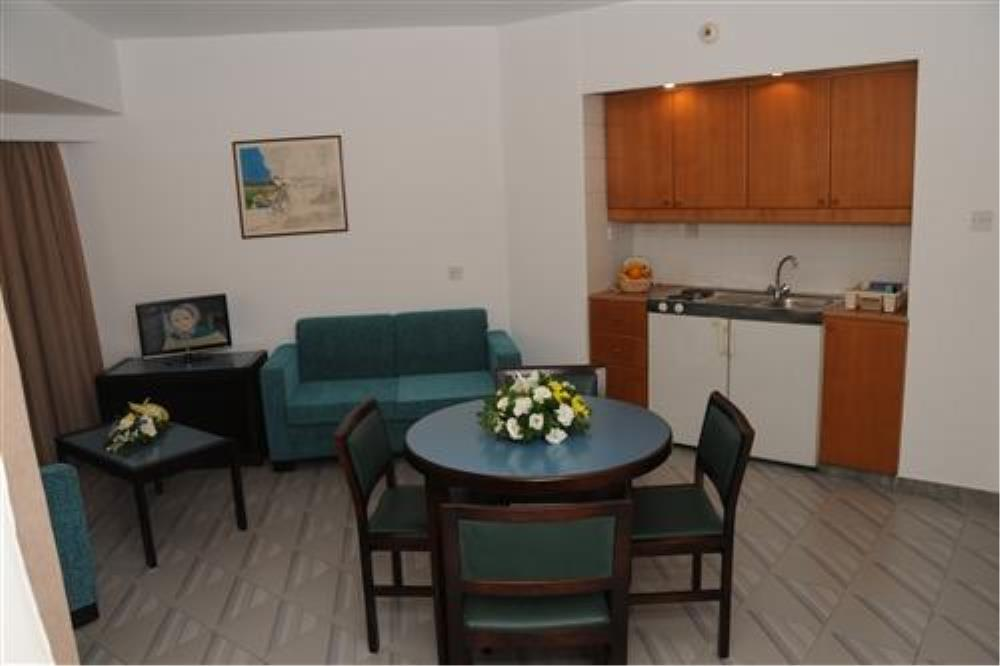 1-Bedroom Kitchenette & Lounge