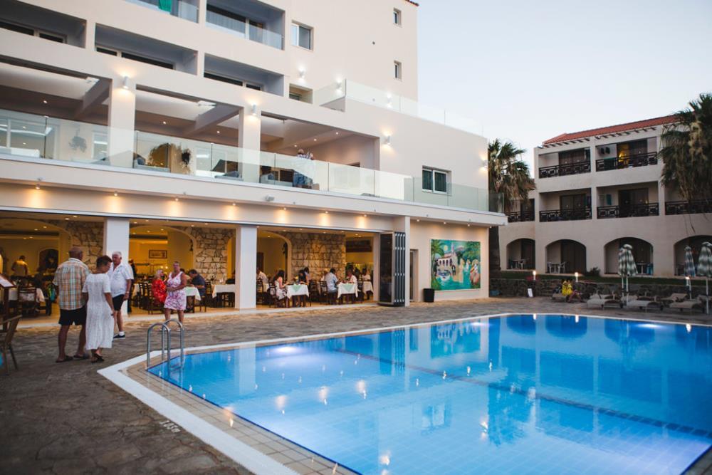 pool-restaurant-1030x687