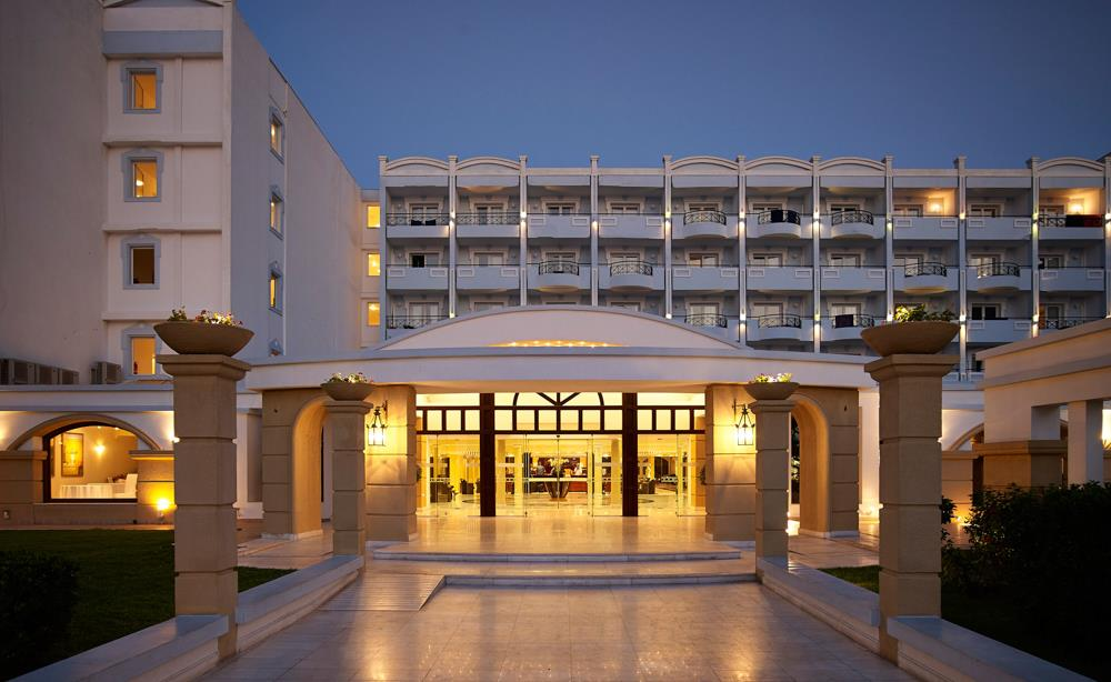 mitsis_grandhotel_entrancebynight